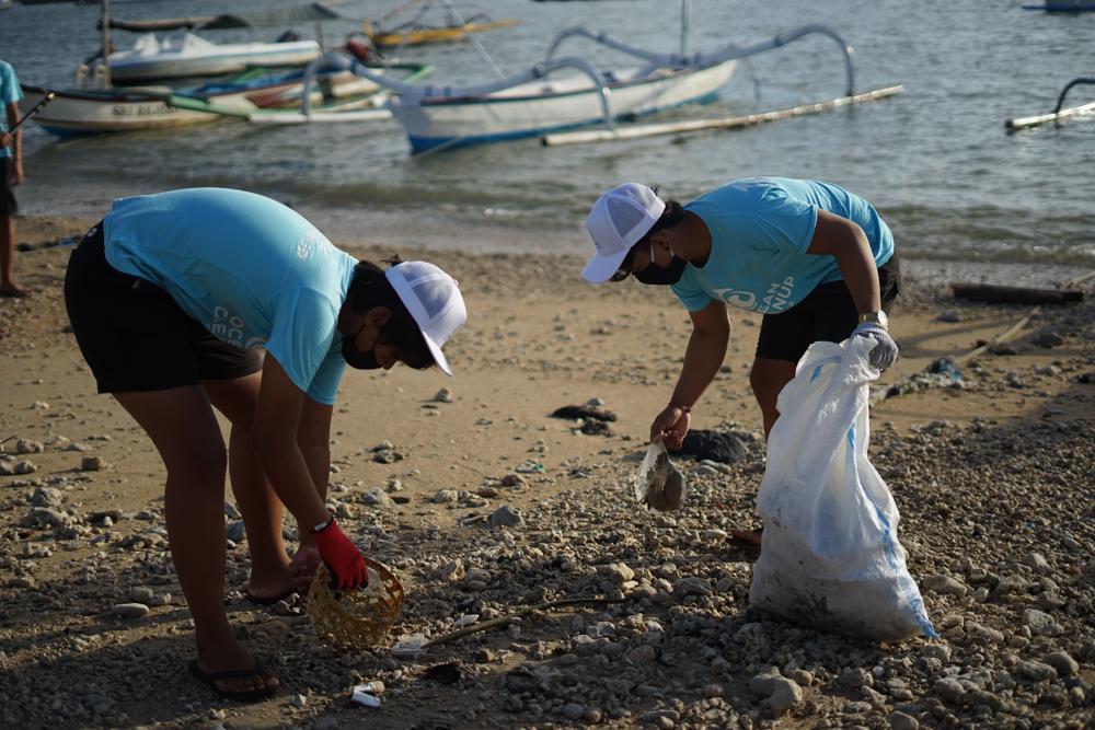 Two-ocean-lovers-volunteer-at-beach-cleanup-day
